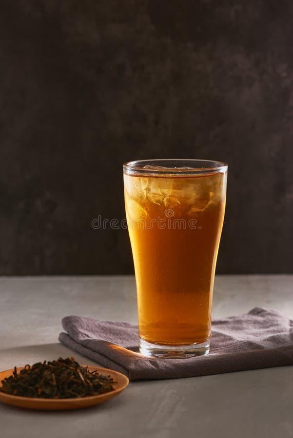 Bevanda di Freshing Un vetro di tè nero ghiacciato immagine stock