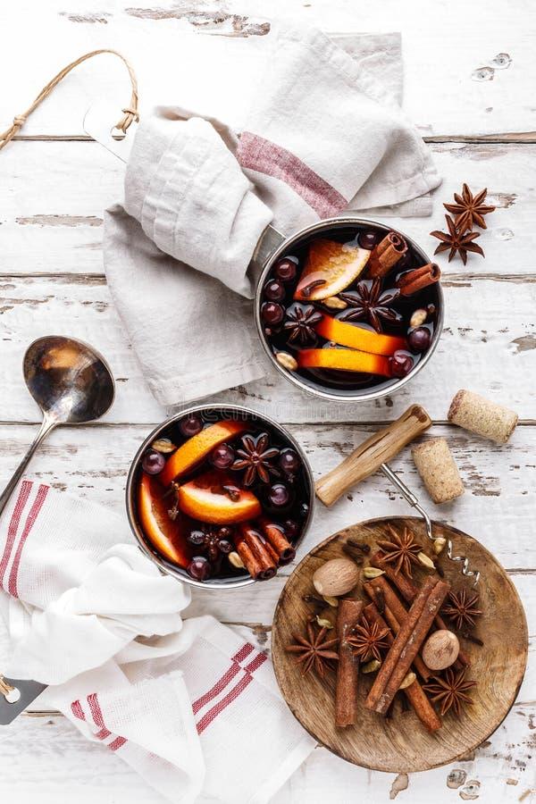 Bevanda di inverno del vin brulé con le spezie ed i mirtilli rossi fotografie stock libere da diritti