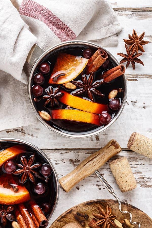 Bevanda di inverno del vin brulé con le spezie ed i mirtilli rossi immagine stock libera da diritti