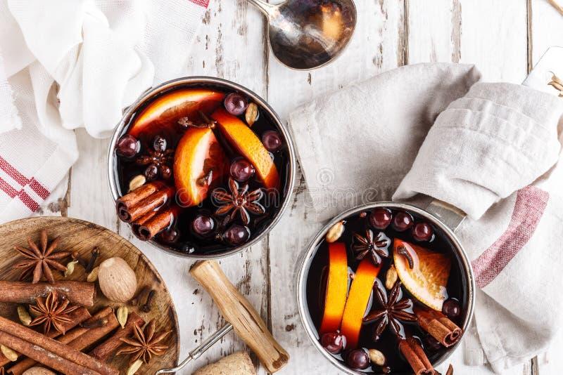Bevanda di inverno del vin brulé con le spezie ed i mirtilli rossi immagine stock