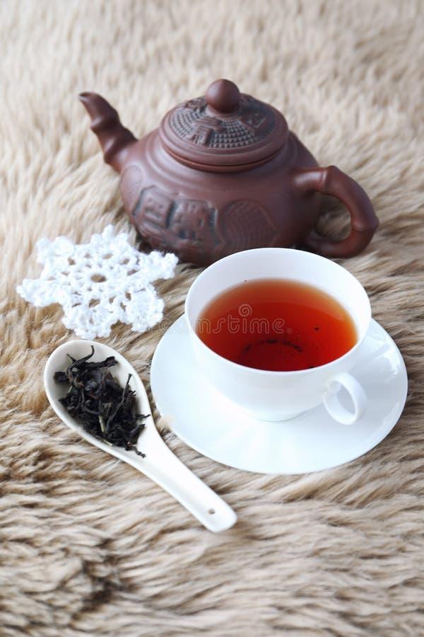 Bevanda di inverno: Tè nero aromatizzato in tazza bianca della porcellana fotografia stock