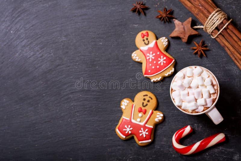 Bevanda di Natale La tazza di cioccolata calda con le caramelle gommosa e molle, cima rivaleggia immagine stock libera da diritti