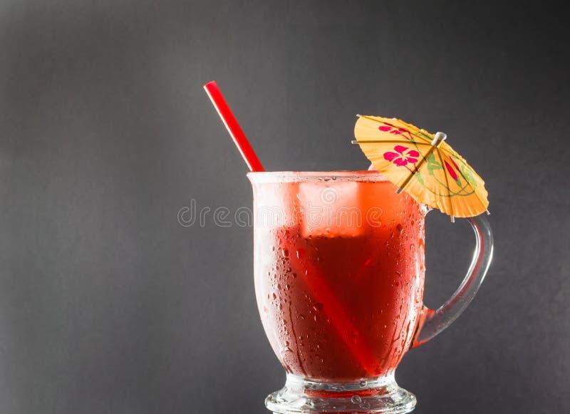 Bevanda di rinfresco di estate con l'ombrello del cocktail immagini stock libere da diritti