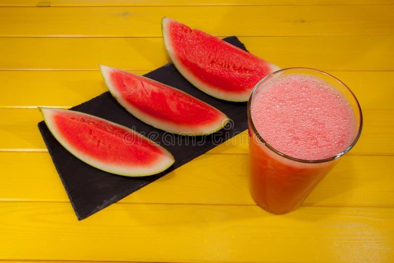 Bevanda di schiacciamento dell'anguria Il frullato raffreddato di rinfresco dell'estate su è immagine stock libera da diritti