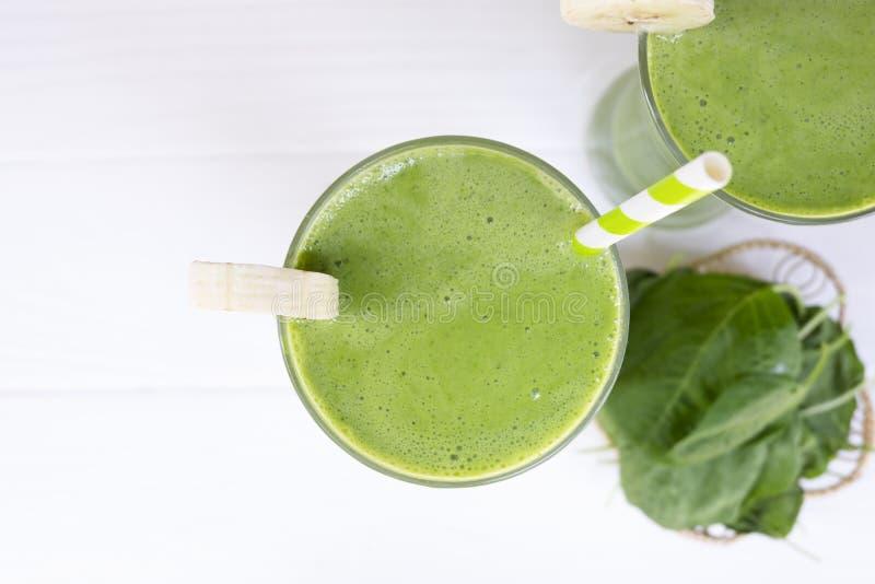 Bevanda di verde del succo di verdura del frullato della banana del preparato degli spinaci sana fotografie stock libere da diritti