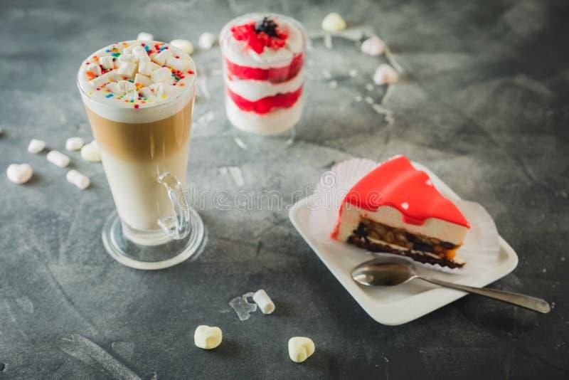 Bevanda e dessert del frappé del cacao Frappé e dolce crema dolce fotografia stock libera da diritti