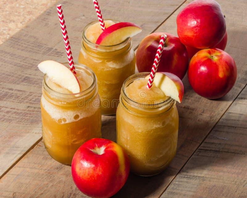 Bevanda fangosa congelata della mela con la mela immagini stock libere da diritti