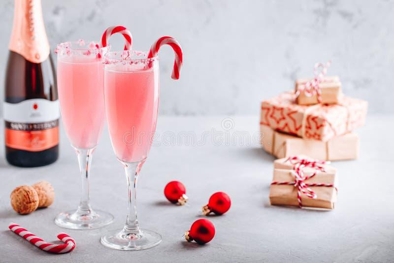 Bevanda festosa di Natale Peppermentt Bark Mimosa cocktail con champagne o procura e canna da zucchero immagine stock libera da diritti