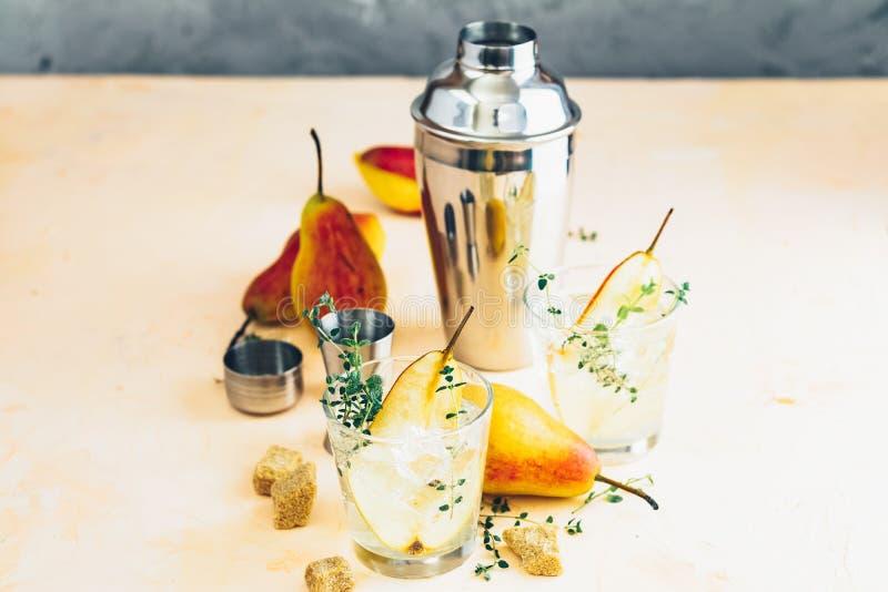 Bevanda fredda del cocktail di estate con la pera dolce fotografia stock