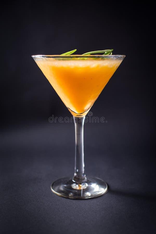 Bevanda fresca del coctail su fondo nero fotografie stock libere da diritti
