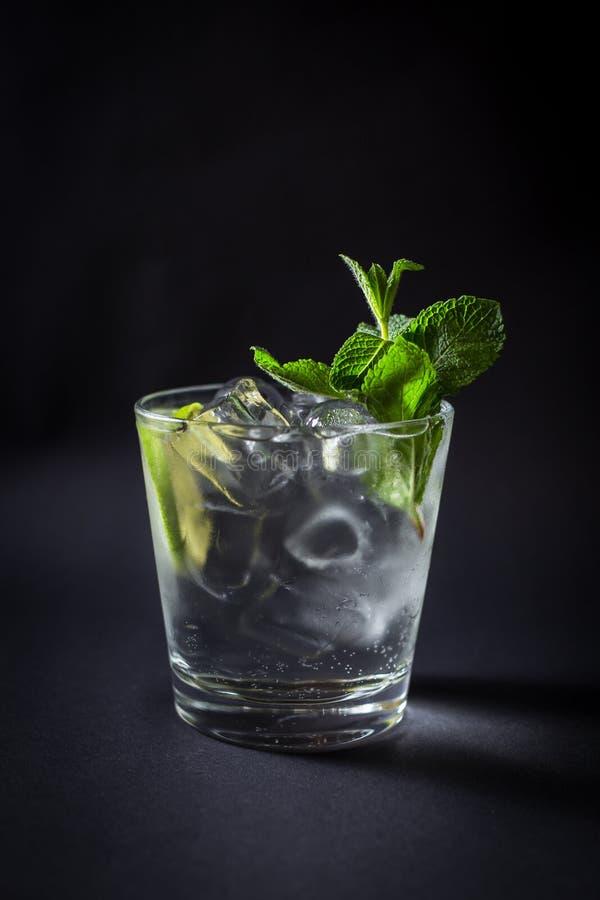 Bevanda fresca del coctail su fondo nero immagine stock