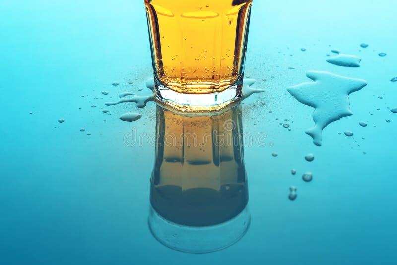 Bevanda gassate gialla di ribollimento in vetro, fine della soda su fotografie stock libere da diritti