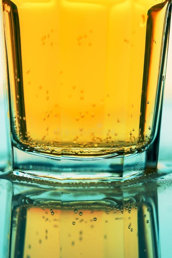 Bevanda gassate gialla di ribollimento in vetro, fine della soda su fotografie stock