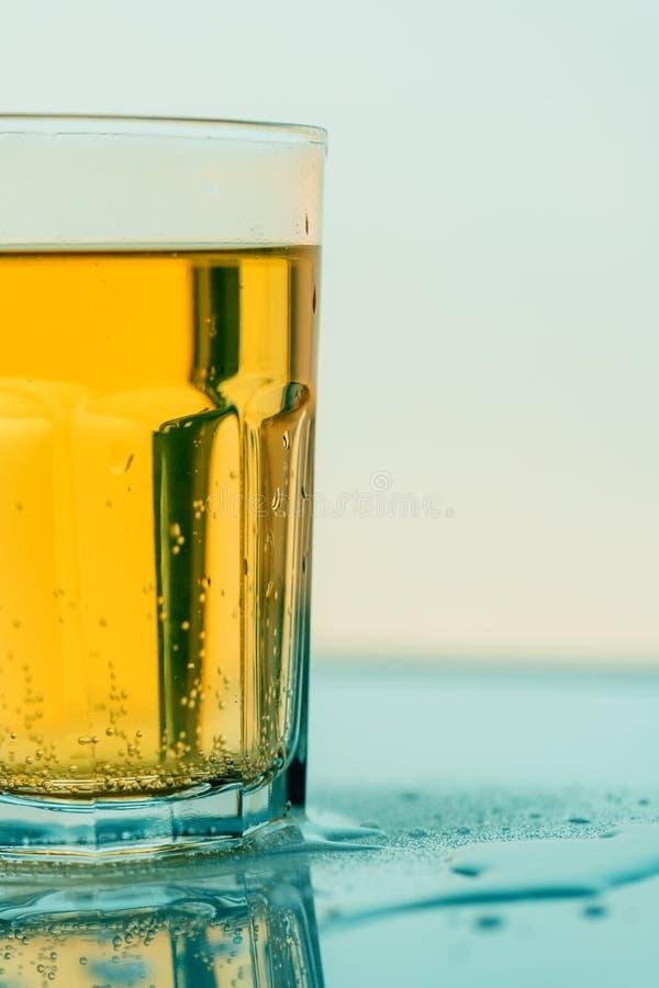 Bevanda gassate gialla di ribollimento in vetro, fine della soda su fotografia stock libera da diritti