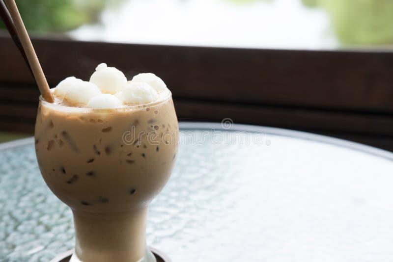 bevanda ghiacciata della moca o del caffè nel vetro sulla tavola al caffè fotografie stock libere da diritti