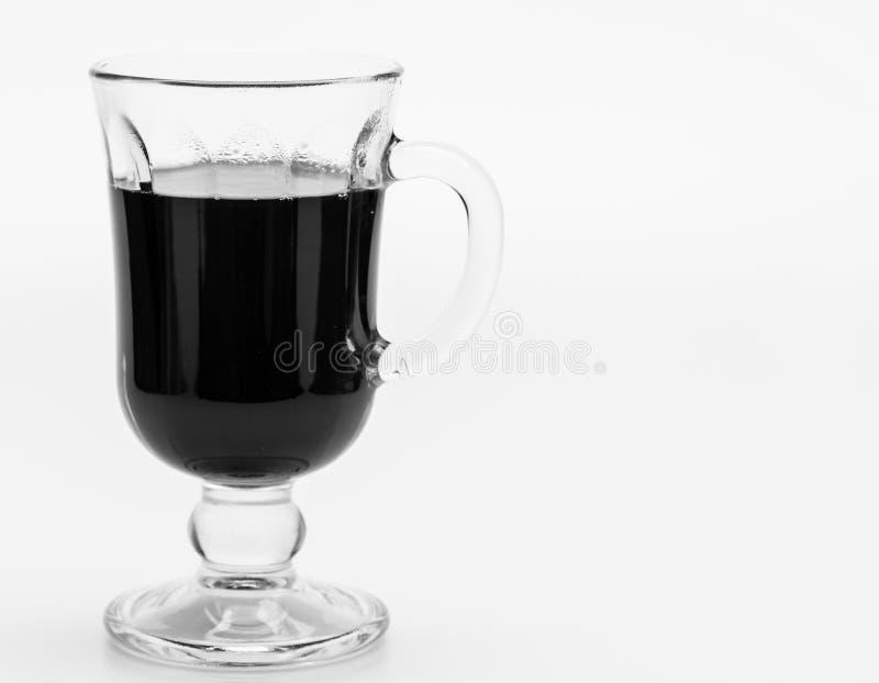 Bevanda italiana tradizionale di cena, spazio della copia Vino nazionale Vetro di vino rovente su fondo bianco immagini stock libere da diritti