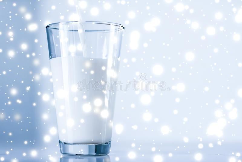 Bevanda magica di festa, latte senza lattosio organico di versamento in vetro sulla tavola di marmo fotografia stock
