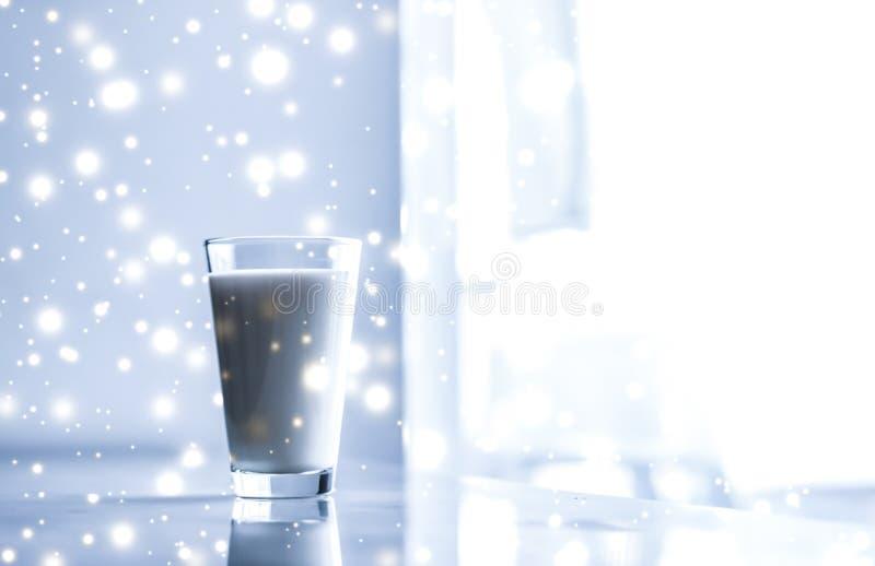 Bevanda magica di festa, latte senza lattosio organico di versamento in vetro sulla tavola di marmo immagini stock libere da diritti