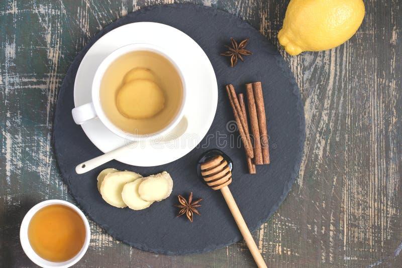 Bevanda naturale d'amplificazione della vitamina di immunità calda dello zenzero con il limone, miele e cannella ed ingredienti fotografia stock