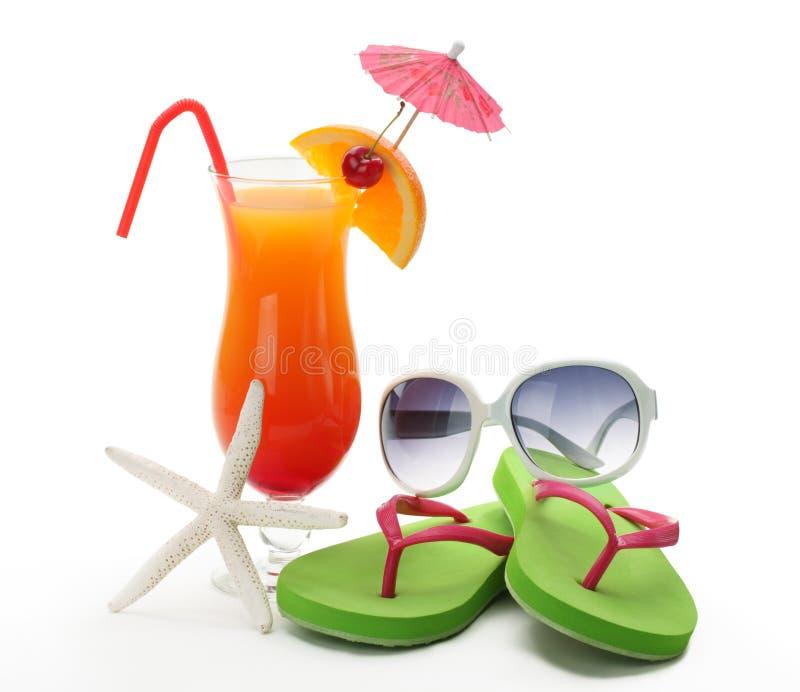 Bevanda, occhiali da sole e flip-flop tropicali di estate immagine stock libera da diritti