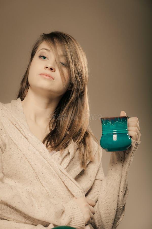 bevanda Ragazza che tiene la tazza della tazza del tè o del caffè caldo della bevanda fotografia stock