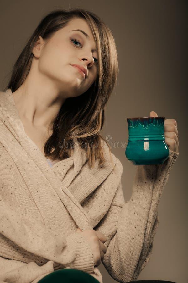 bevanda Ragazza che tiene la tazza della tazza del tè o del caffè caldo della bevanda fotografie stock