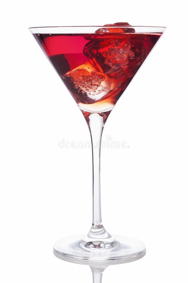 Bevanda rossa in vetro di Martini con i cubetti di ghiaccio fotografie stock libere da diritti