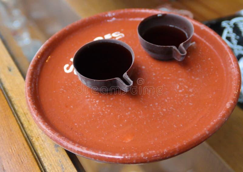 Bevanda tradizionale Ginja aka Ginjinha nelle tazze del cioccolato, Obidos, Portogallo del dessert di Obidos fotografia stock