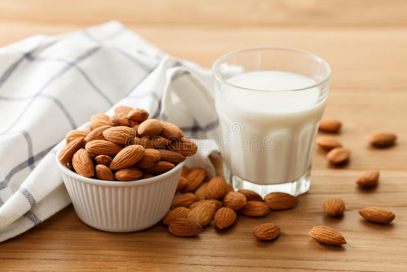 Bevanda vegetariana del vegano in buona salute organico del dado del latte della mandorla fotografia stock