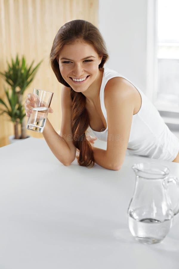 bevande Acqua potabile della ragazza felice Sanità Stile di vita sano fotografia stock libera da diritti