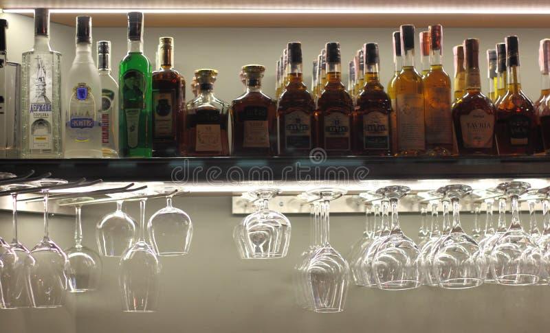 Bevande alcoliche e vetri puliti nella barra fotografie stock libere da diritti