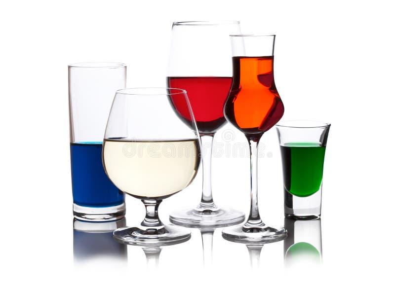 Bevande colorate differenti in bicchieri di vino immagine stock