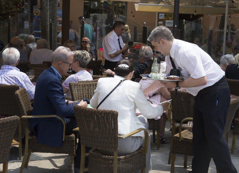 Bevande del servizio del cameriere alla barra turistica del terrazzo immagine stock