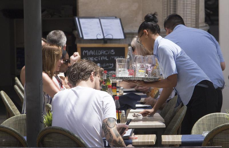 Bevande del servizio della cameriera di bar al dettaglio turistico della barra del terrazzo fotografia stock libera da diritti