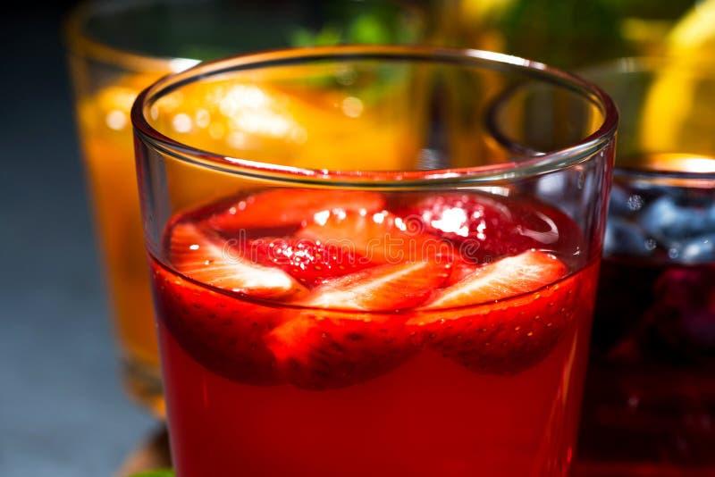bevande della bacca e della frutta in assortimento su fondo scuro fotografia stock