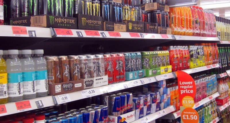 Bevande di energia in un deposito immagini stock libere da diritti