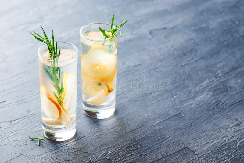 Bevande di estate, cocktail della pera dei rosmarini fotografie stock libere da diritti