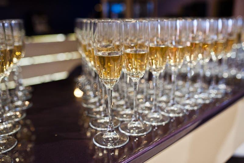 Bevande differenti dell'alcool in vetri sulla tavola in restauran immagini stock libere da diritti