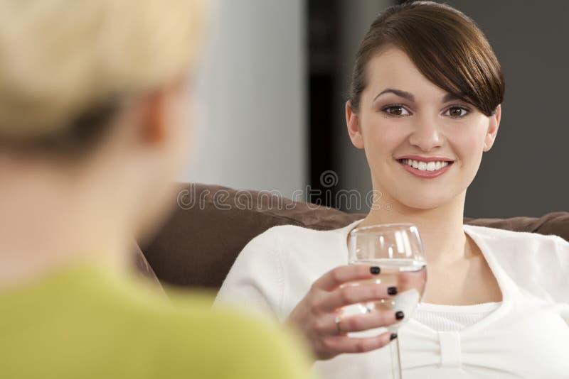 Bevande e chiacchierata sane fotografie stock libere da diritti