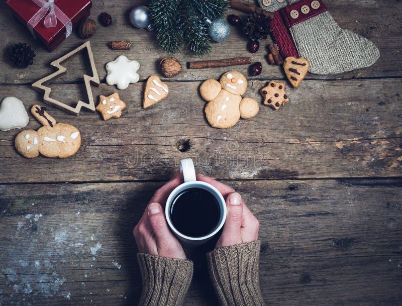 Bevande e decorazioni calde di Natale immagini stock libere da diritti