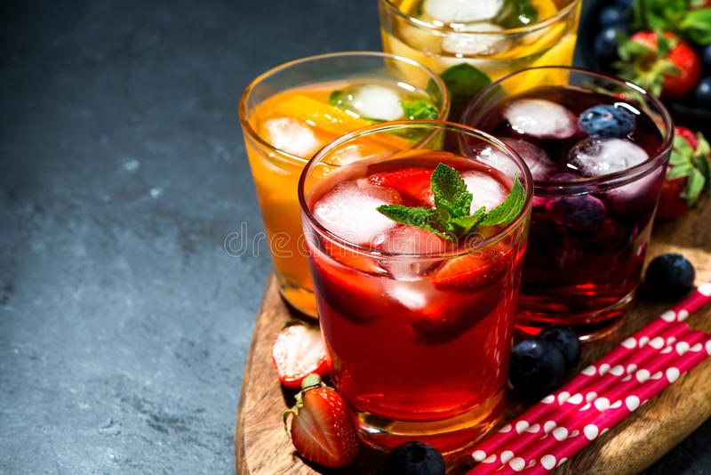 Bevande fredde della bacca e della frutta in assortimento su fondo scuro fotografie stock