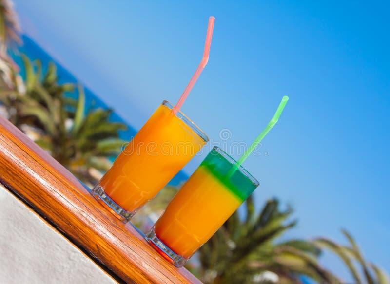 Bevande su una spiaggia immagini stock libere da diritti
