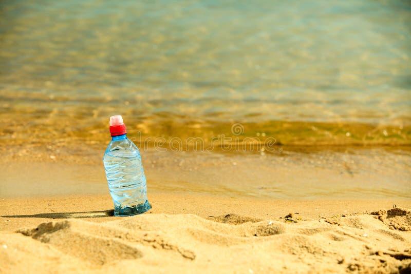 Bevarage ποτό μπουκαλιών νερό σε μια αμμώδη παραλία στοκ φωτογραφία με δικαίωμα ελεύθερης χρήσης