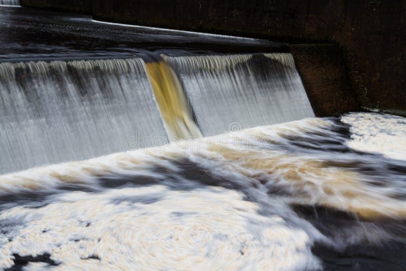 Bevattna att applådera över dammbyggnaden, den Avon fördämningen, Dartmoor arkivbild
