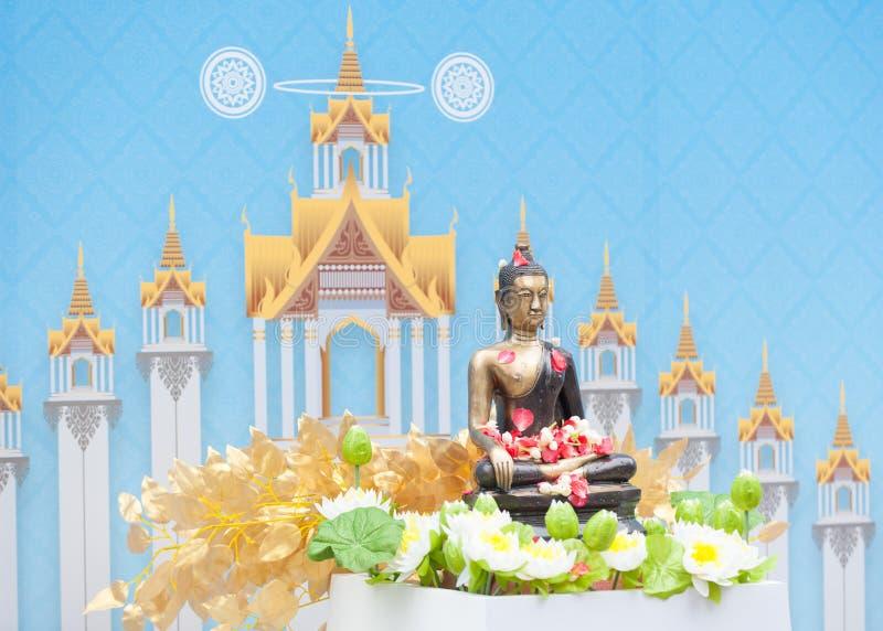 Bevattna att hälla till Buddhastatyn i Songkran festivaltradition av arkivbilder