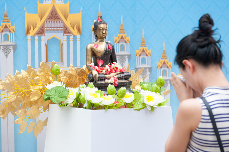 Bevattna att hälla till Buddhastatyn i Songkran festivaltradition av royaltyfri fotografi