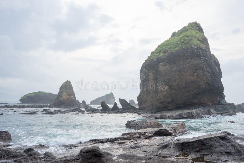 Bevattna att plaska vågor på havet på den Papuma stranden, Jember, östliga Jawa, Indonesien royaltyfria foton