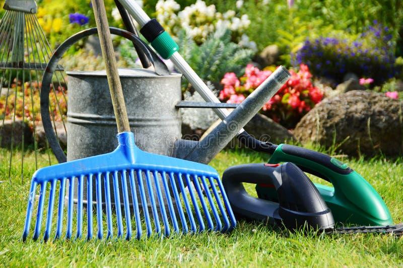 Bevattna canen och hjälpmedel i trädgården royaltyfria foton