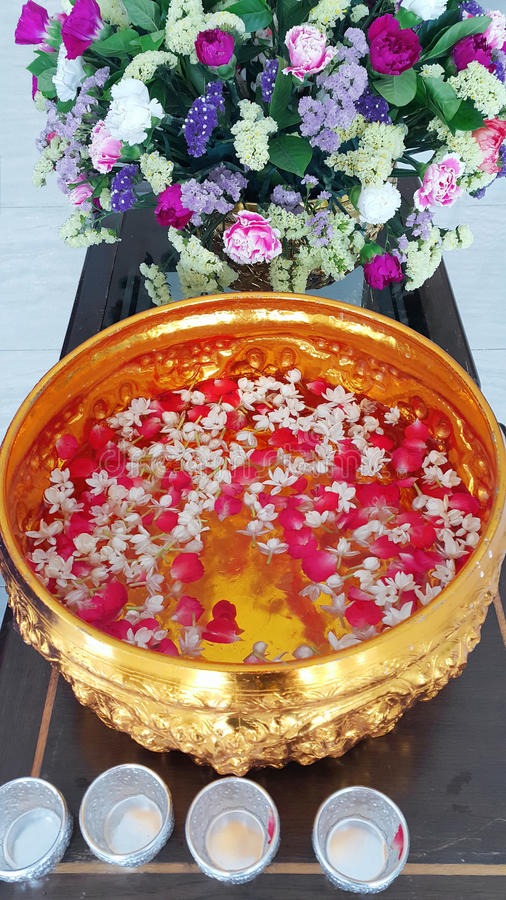 """Bevattna festivalen på April 13, i Thailand, denna tradition av att betala respekt, kallas  för """"RodNam Dam Huaâ € fotografering för bildbyråer"""