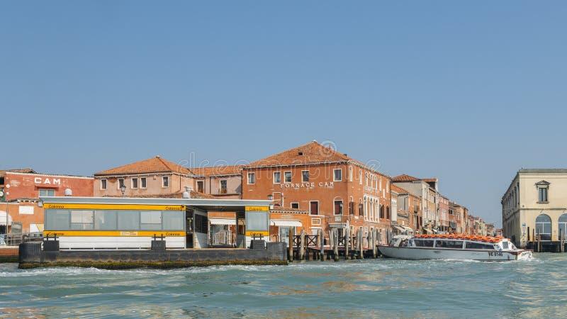 Bevattna hållplatsen på Colonna i den Murano ön, Venedig, Italien royaltyfria foton